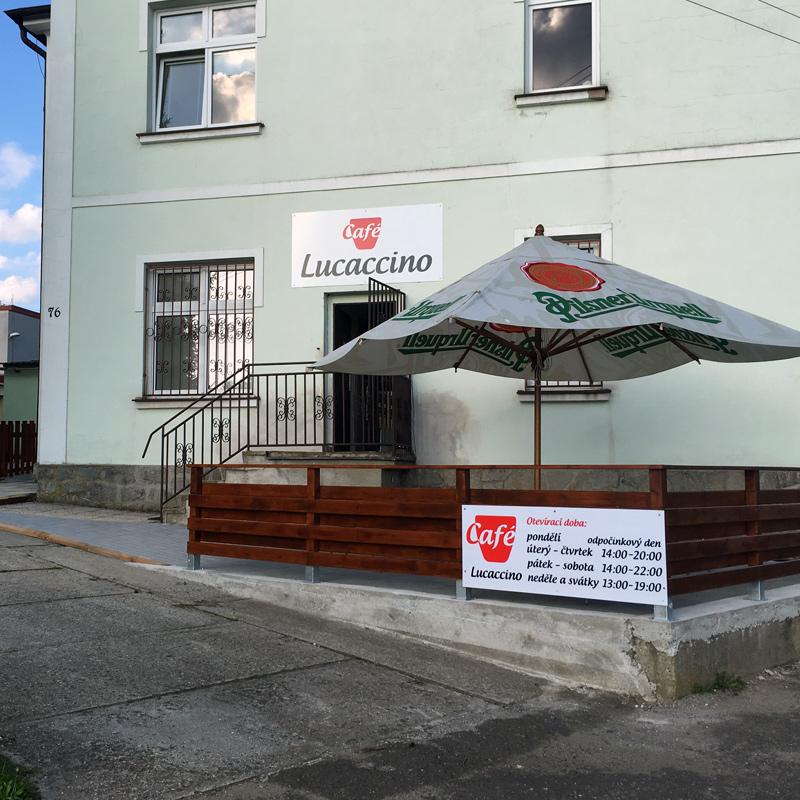Kavárna Lucaccino - vchod a terasa